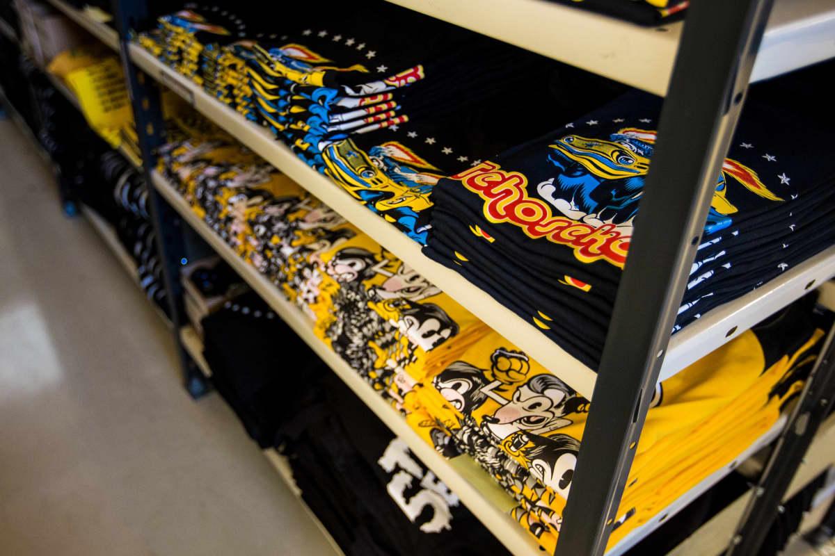 Tehosekoitin-yhtyeen bändituotteita Backstage Rock Shopin varastossa Tampereella.