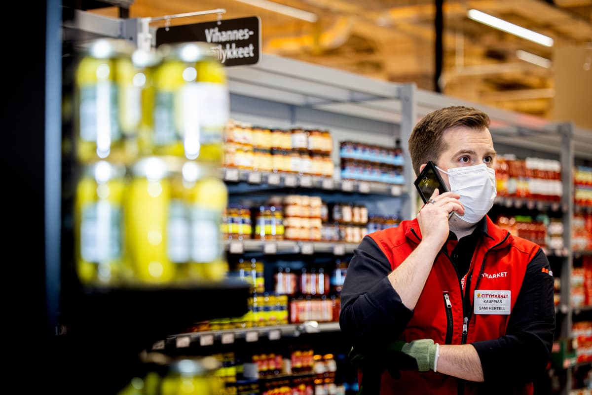 Kauppias Sami Hertell puhuu puhelimeen.