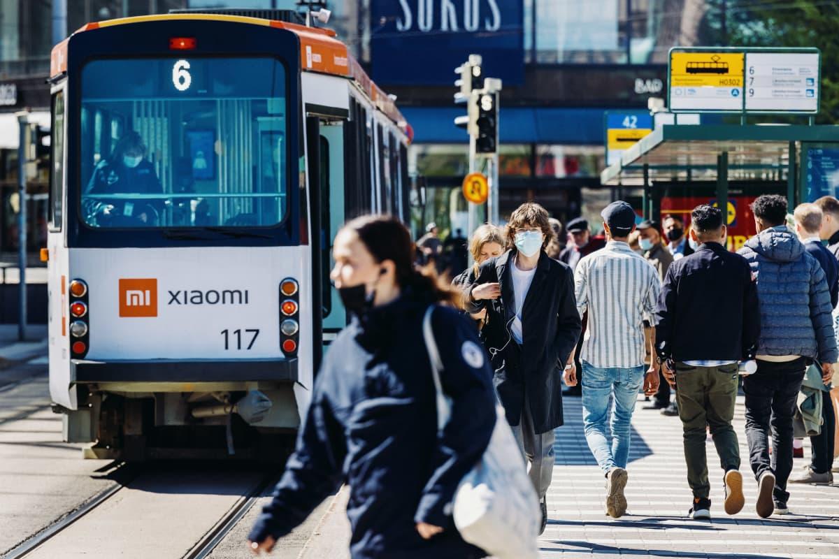 Ihmisiä hengityssuojaimet kasvoilla Helsingin keskustassa 24. toukokuuta 2021.