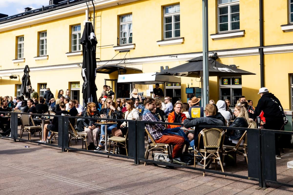 Ihmisiä ravintolan terassilla.