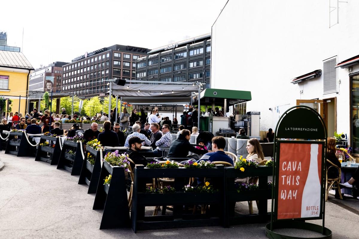 Ravintolan terassilla ihmisiä.