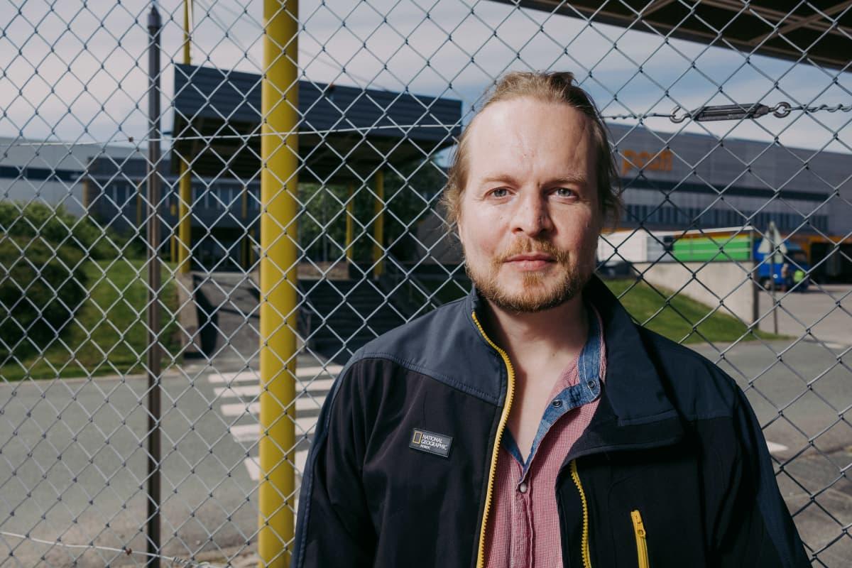 Aleksi Andersson kuvattu Postin Vantaan logistiikkakeskuksen edessä 3. kesäkuuta.