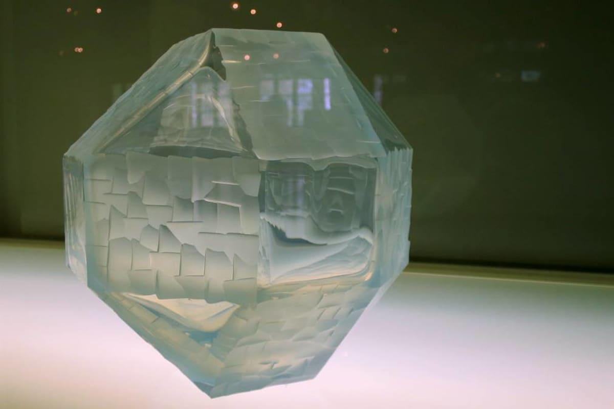 Monikuutoinen lasipallo, johon on lohkottu erilaisia pintoja