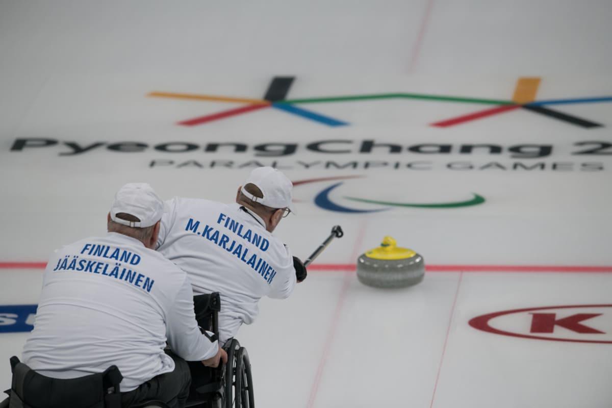 Suomen paracurlingjoukkue kuvassa