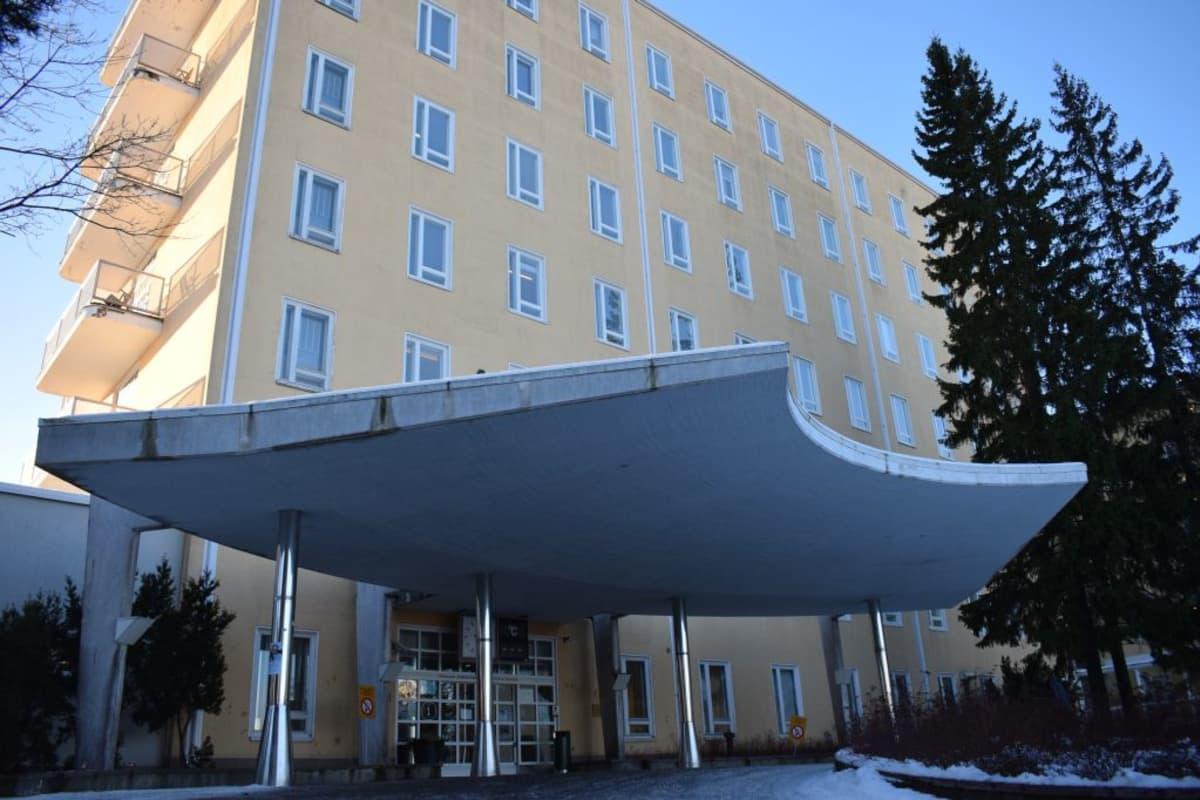Satakunnan keskussairaala päärakennus ovet Satasairaala tammikuu 2019