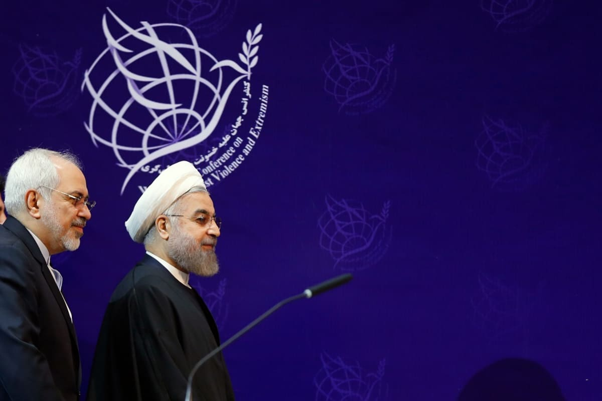 Zarif ja Rouhani kävelevät esiintymislavalle.