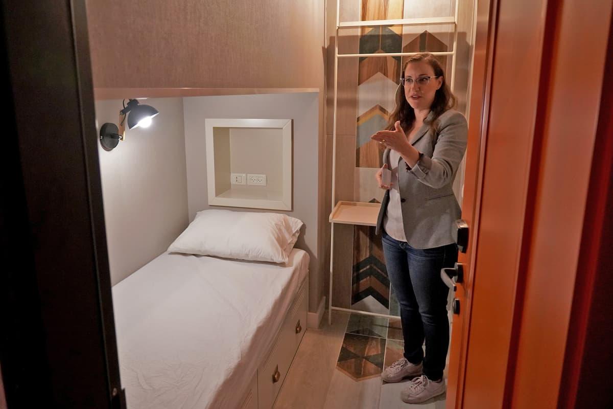 Tel Avivissa on kova pula kohtuuhintaisesta majoituksesta. Spot Hostelin markkinointipäällikkö Naama Shviki esittelee noin neljän neliömetrin hotellihuonetta.