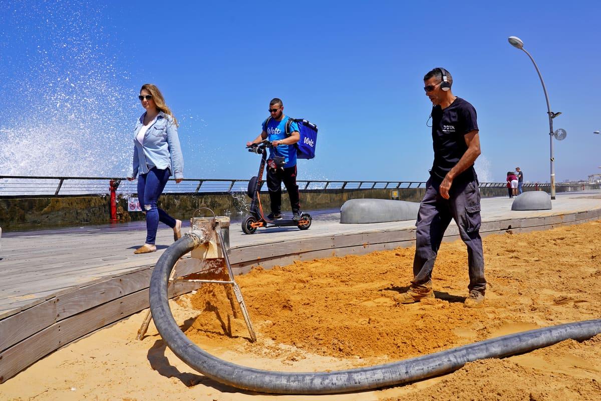 Tel Avivin ranta-alueelle pumpataan lisää hiekkaa.