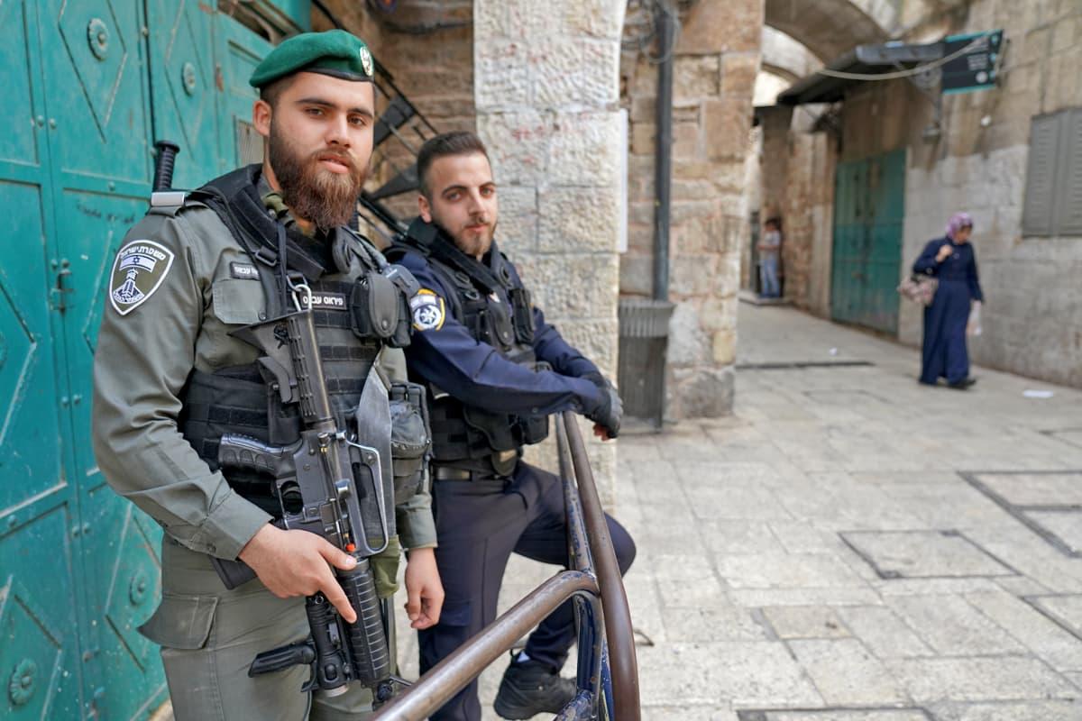 Turistien turvallisuutta vartioidaan Jerusalemin vanhassakaupungissa.