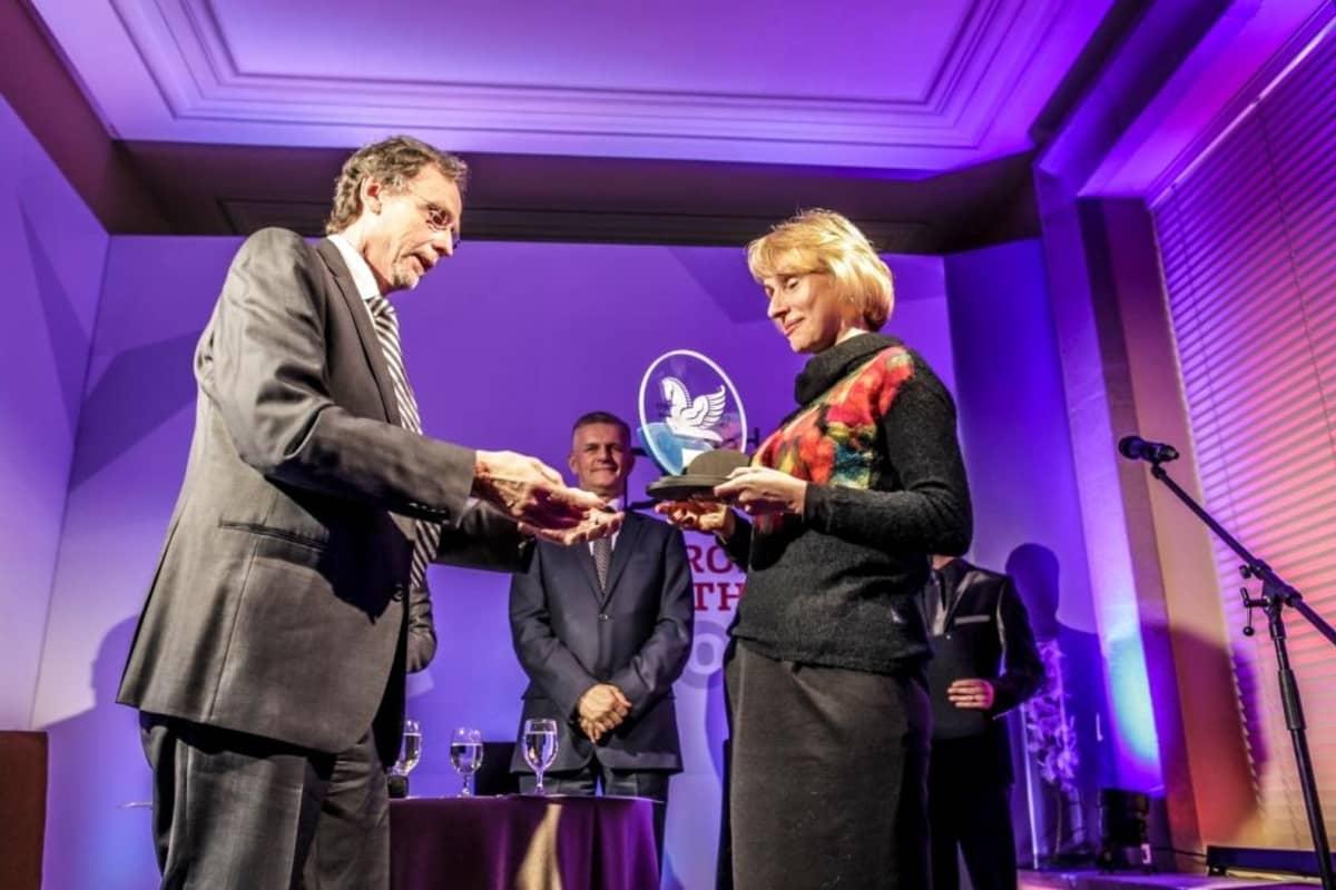 Raimo Möysä luovuttamassa Vuoden eurooppalainen -palkintoa Agnieszka Romaszewska-Guzylle Varsovassa keväällä 2013. Taustalla Puolan vara-ulkoministeri Janusz Cisek.