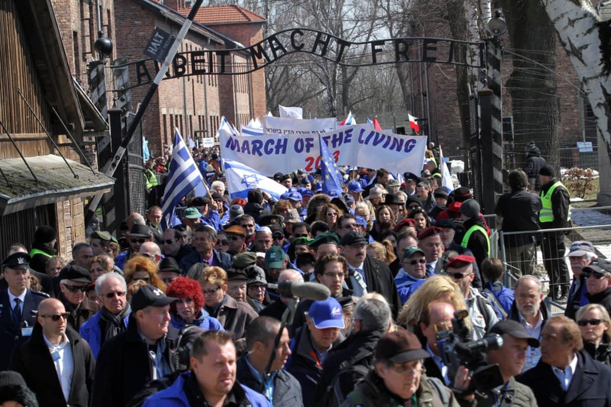 Tuhannet ihmiset marssivat toisessa maailmansodassa kuolleiden kuuden miljoonan juutalaisen muistoksi Auschwitzissa Puolassa.