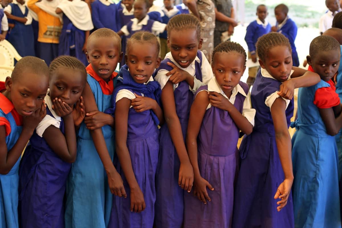 Tytöt odottavat rokottamista rivissä