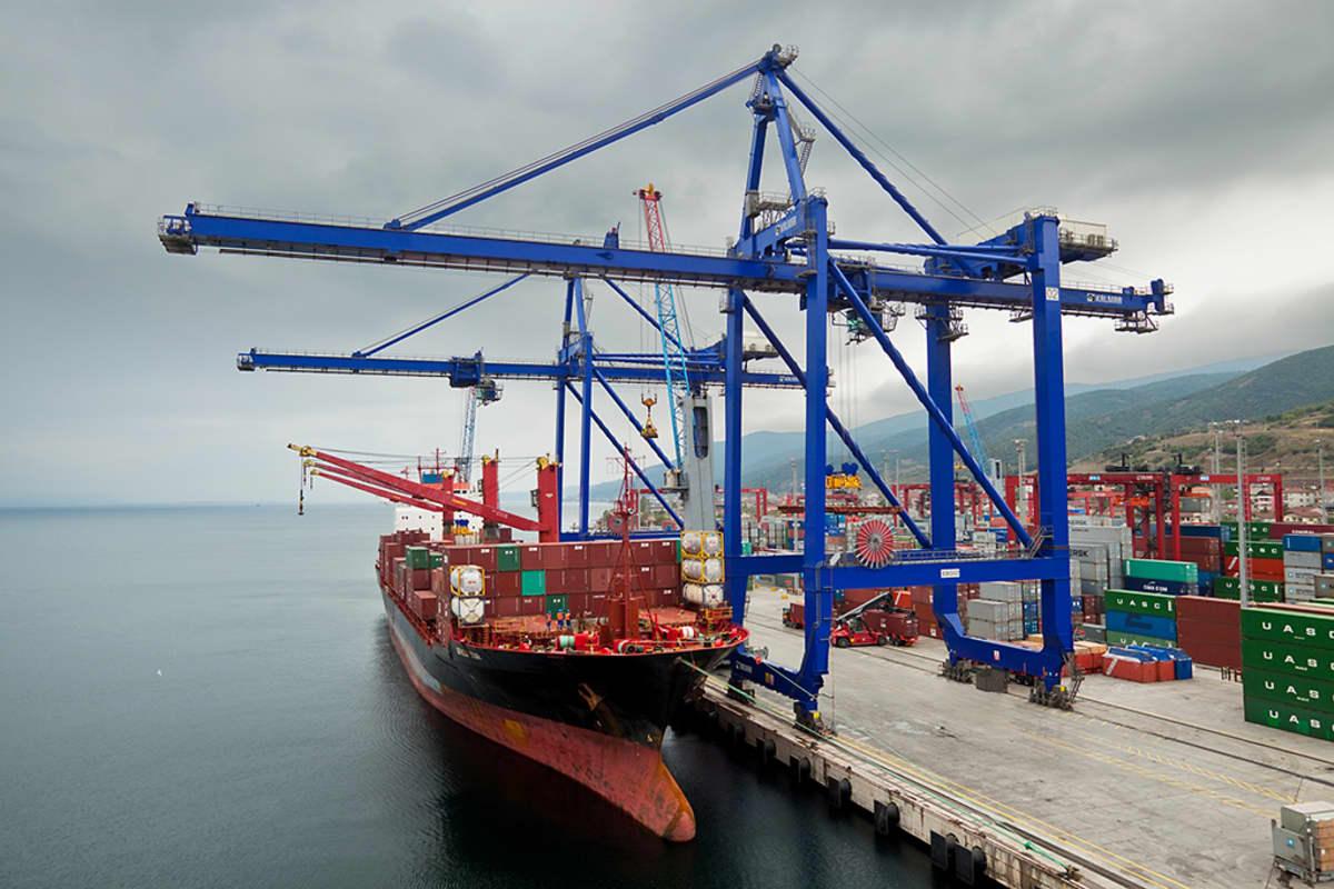 Cargotecin valmistama satamanosturi.