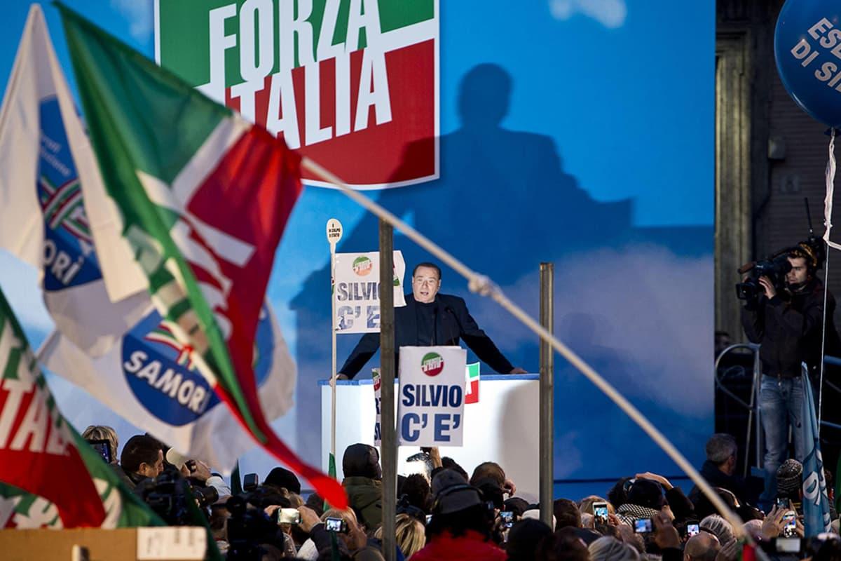 Silvio Berlusconi puhuu kannattajilleen Rooman-asuntonsa ulkopuolella.