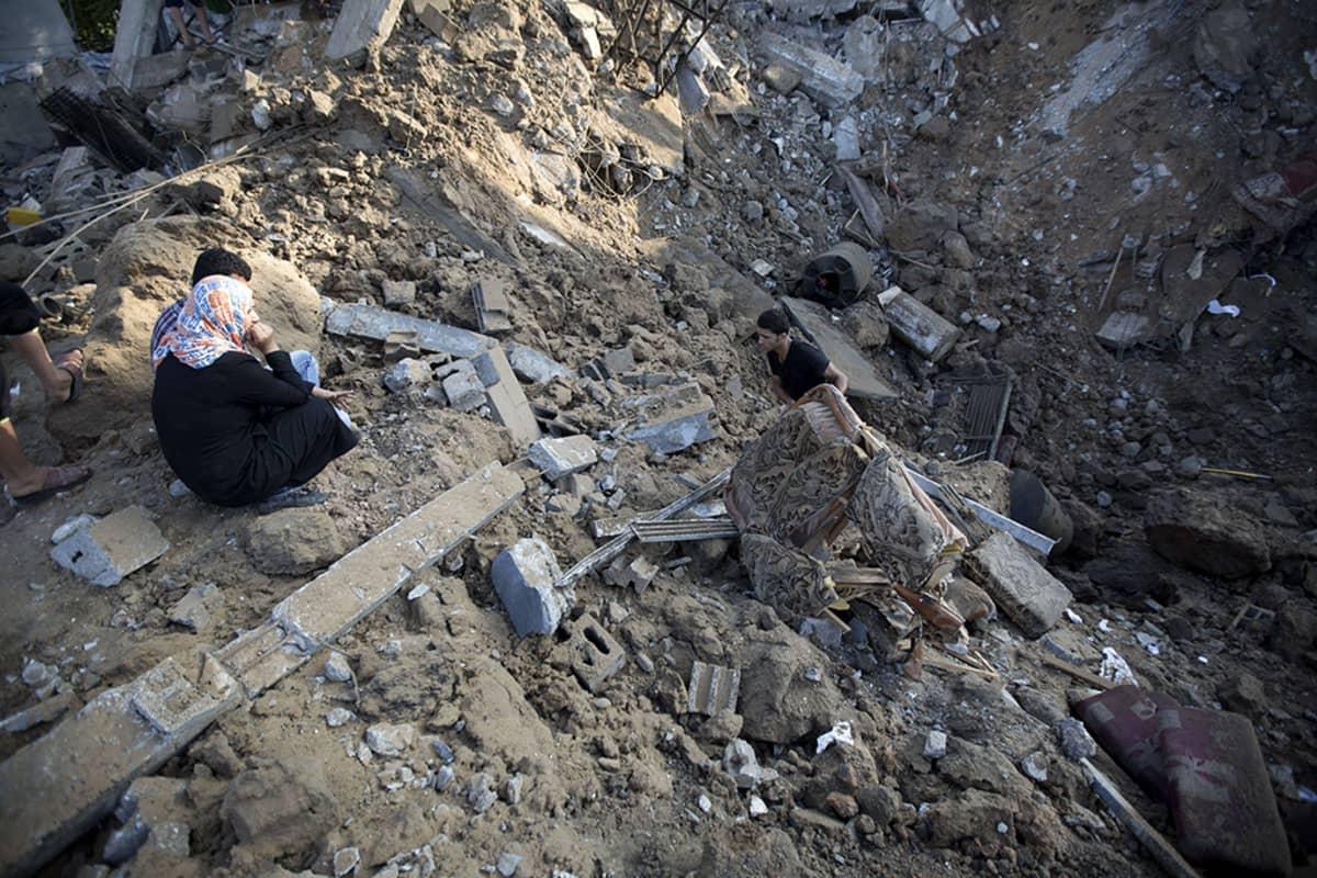 Palestiinalaismies kerää tavaroitaan Israelin ilmaiskussa tuhoutuneesta kodistaan Beit Hanussa, Gazassa 9. heinäkuuta 2014.