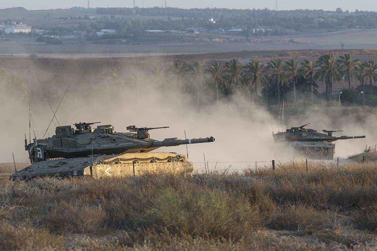 Israelilaiset Merkava-tankit matkalla kohti rajaa Israelin Gazaan tekemän ilmaiskun jälkeen 8. heinäkuuta 2014.