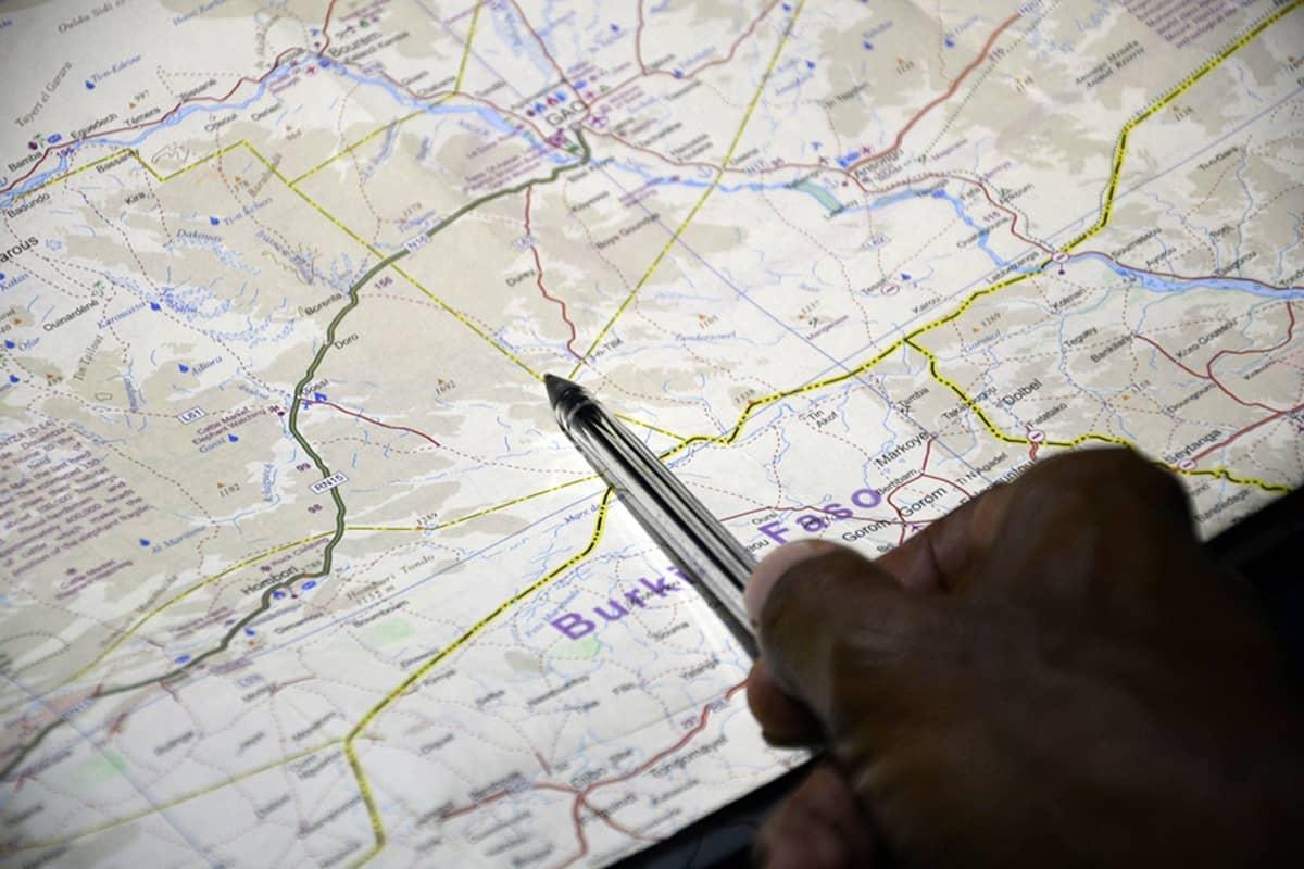 Kartassa osoitetaan kohtaa, jossa Air Algérien kone menetti yhteyden Malin alueella 24. heinäkuuta 2014.