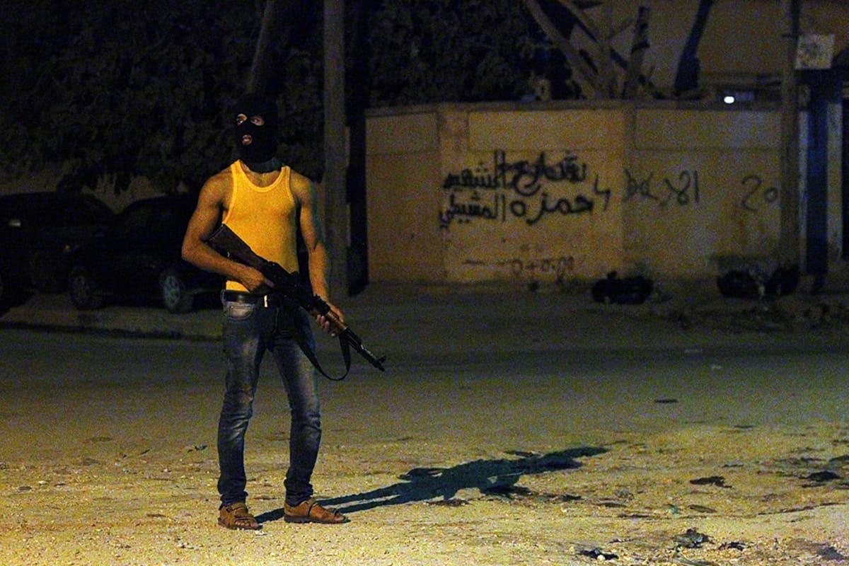 Libyalainen asemies vartioi Benghazin kaupungin kadulla aikaisin tiistaiaamuna.