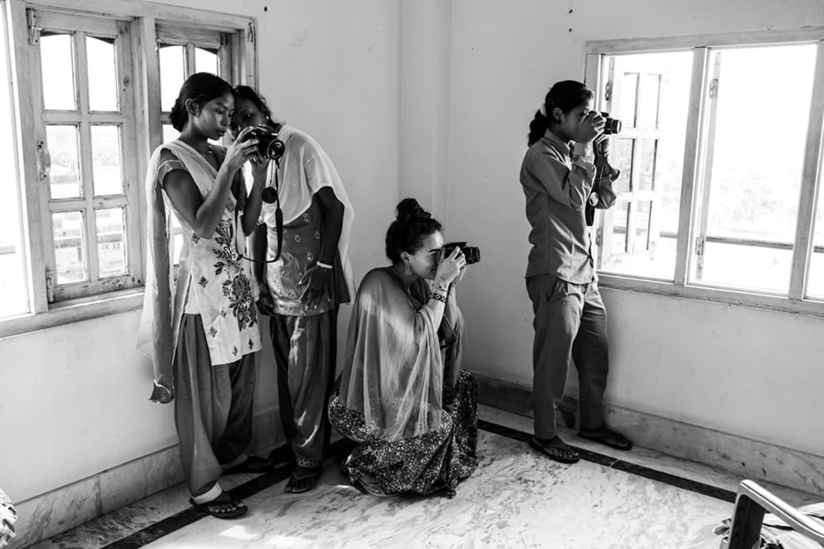 tyttöjä valokuvaa huoneessa