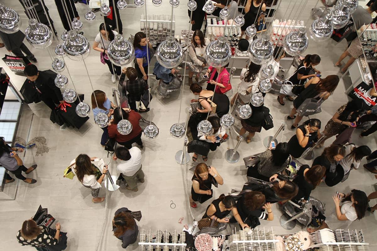 Ihmisiä tekemässä ostoksia H&M -liikkeessä Filippiineillä.