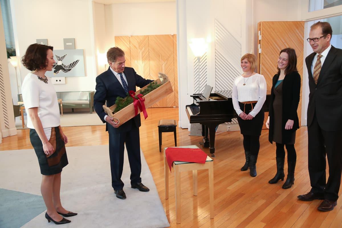 Korpo Kulturgille rf toi presidenttiparille jouluhauen, jonka kalastaja Tom Jalas oli pyytänyt Gyltö-saaren edustalta virvelillä.