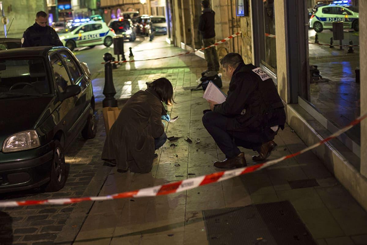 Poliisi keräsi todistusaineistoa turmapaikalta Dijonissa sunnuntaina.