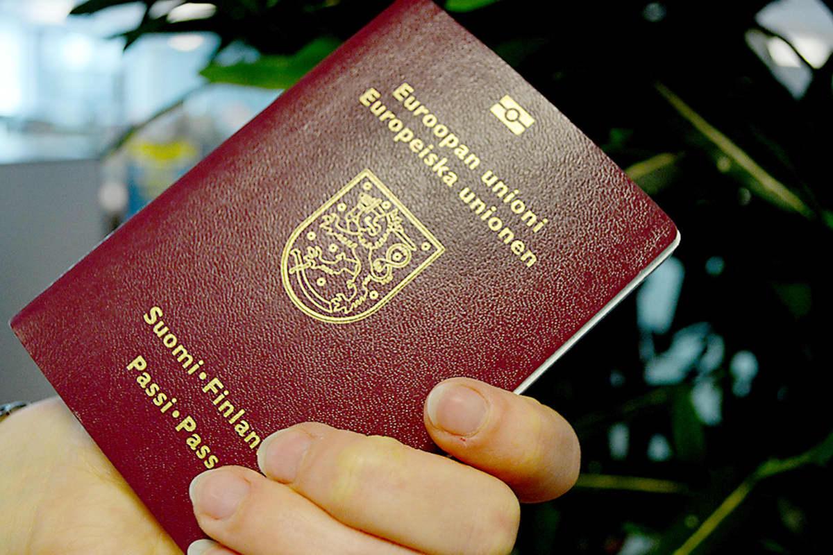 Passi naisen kädessä.