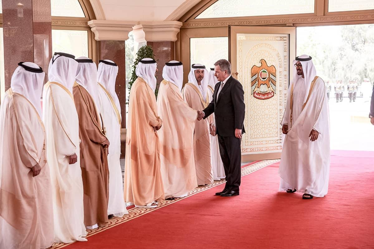 Presidentti Sauli Niinistö kättelee Arabiemiraattien delegaatiota 12. huhtikuuta 2015. Oikealla on Abu Dhabin kruununprinssi, sheikki Mohamed bin Zayed Al Nahyan.