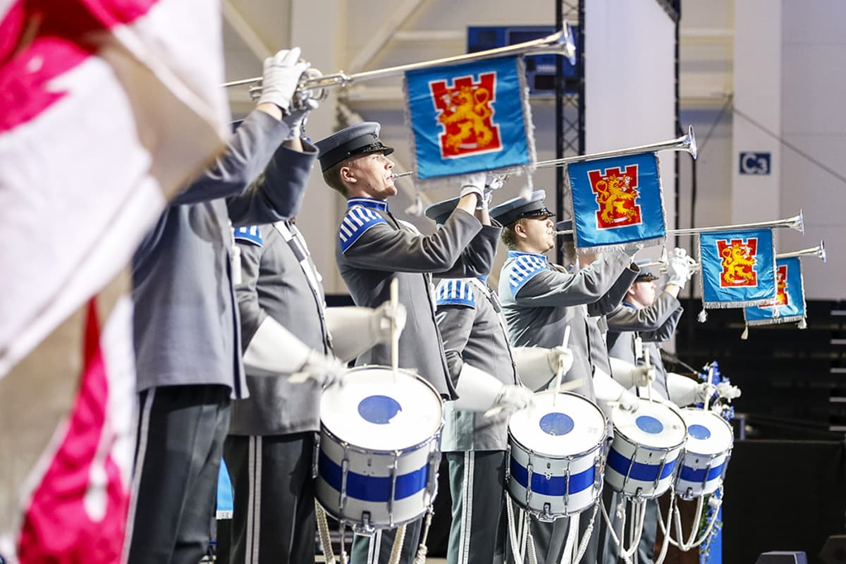 Kansallisen veteraanipäivän pääjuhlan lipunnosto ja hartaus pidettiin Hämeenlinnan Elenia Areenassa maanantaina 27. huhtikuuta.