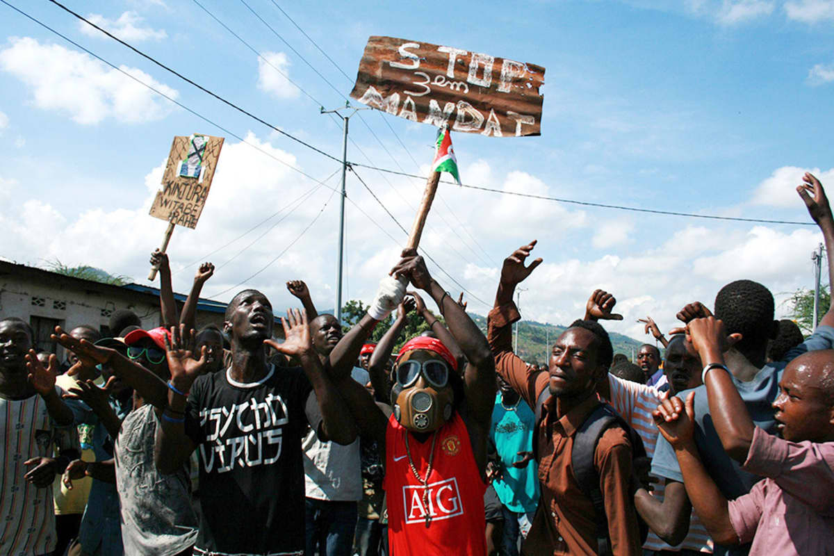 Mielenosoittajat protestoivat presidentti Pierre Nkurunzizan kolmatta kautta vastaan Bujumburassa, Burundissa 11. toukokuuta