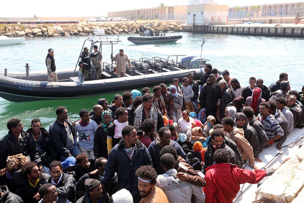 Libyan rannikkovartiosto keskeytti Garabullin kaupungista lähteneiden pakolaisten matkan ja vei heidät Tripoliin lauantaina.