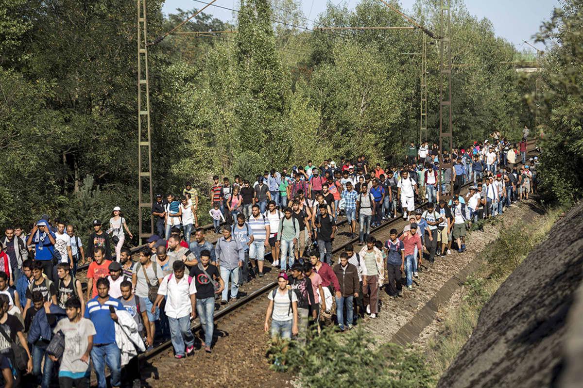 Turvapaikanhakijoita Budapestin länsipuolisella rataosuudella Unkarissa 4. syyskuuta 2015.