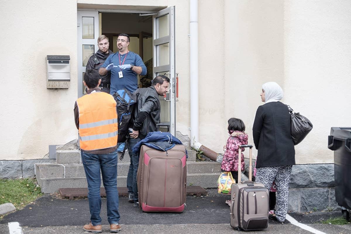 Turvapaikanhakijoita saapumassa Tornion järjestelykeskukseen.