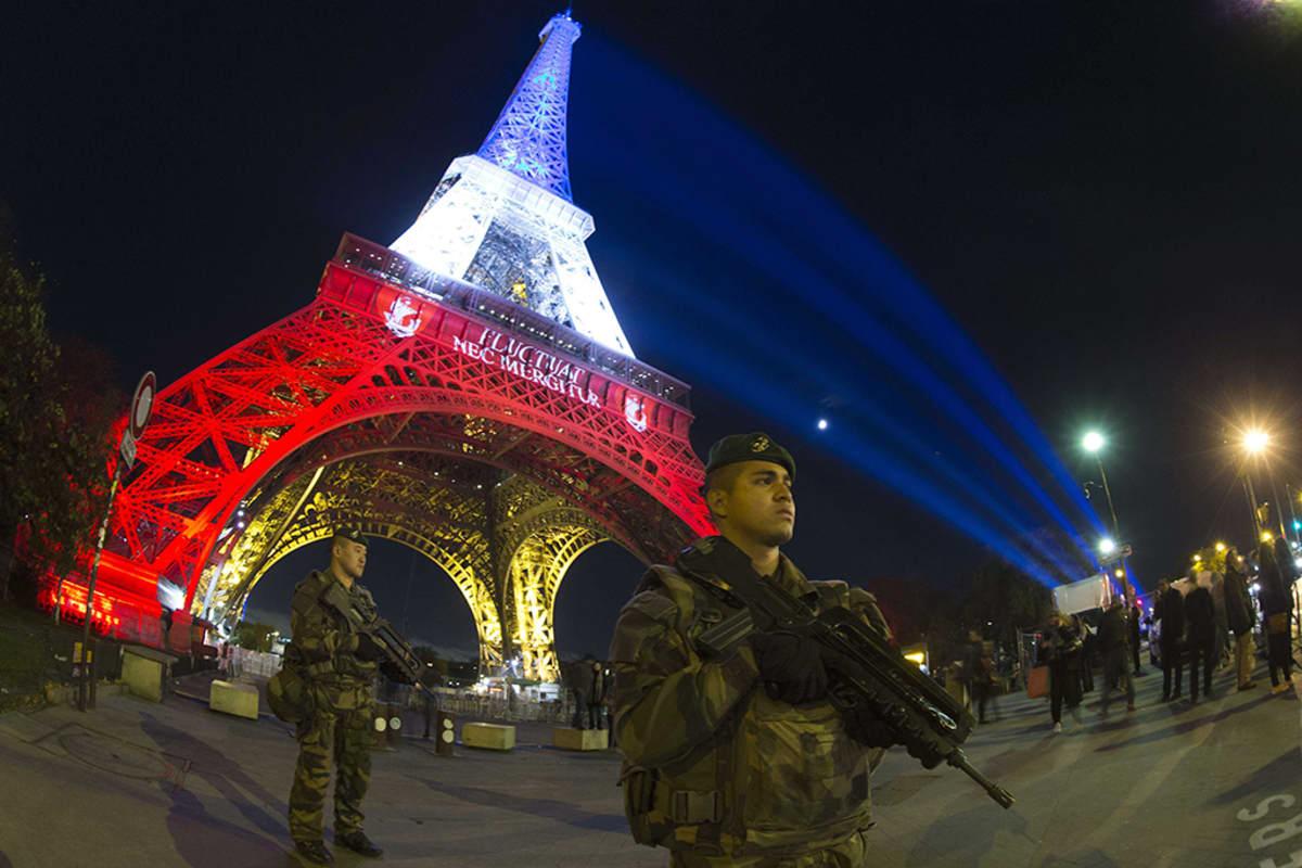 Ranskalainen sotilas partioi Eiffel-tornin edustalla Pariisissa.