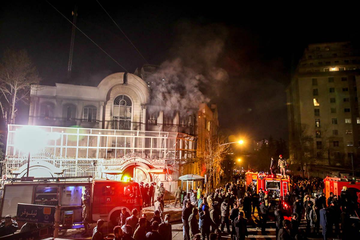 Iranilaiset osoittivat mieltään shiialaisen uskonoppineen Nimr al-Nimrin teloituksen seurauksena sytyttämällä Saudi-Arabian suurlähetystön tuleen Teheranissa Iranissa 2. tammikuuta 2016.