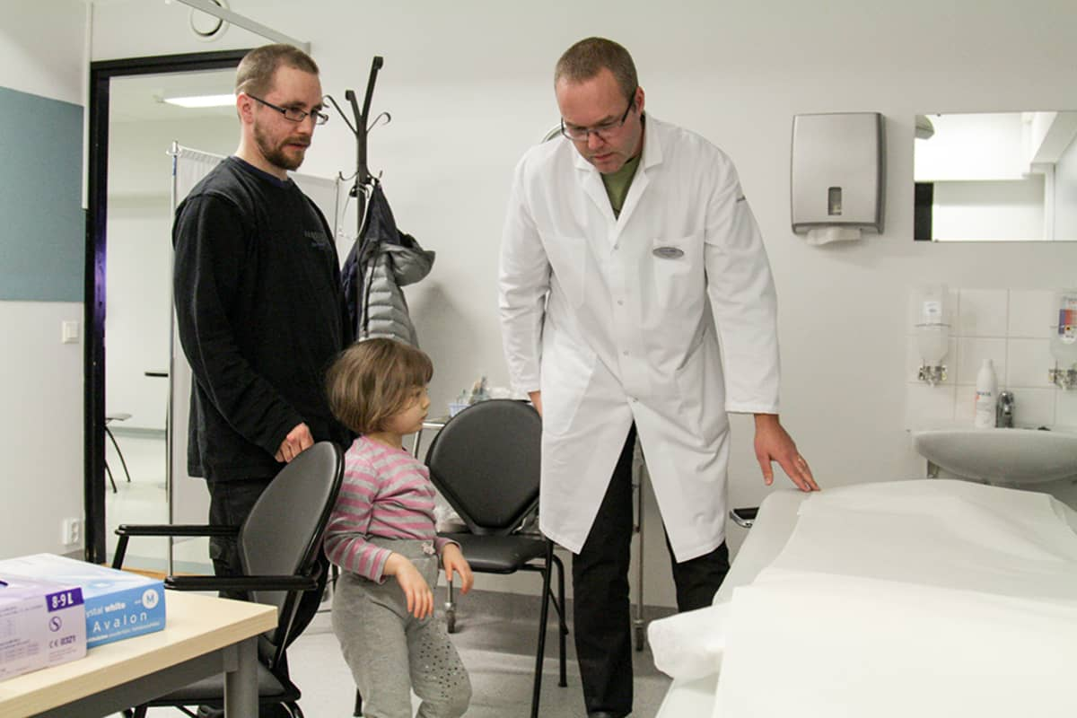 isä ja pieni tytär lääkärin vastaanotolla