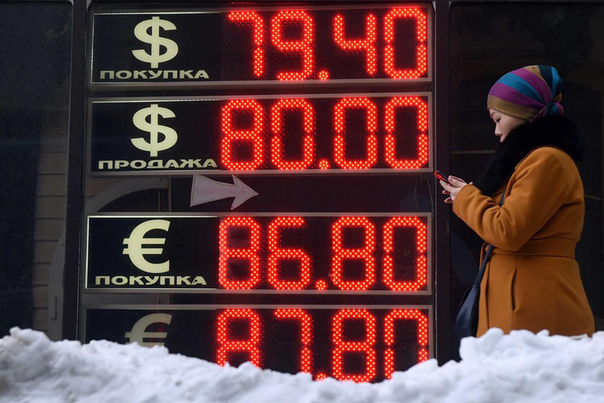 Dollarin ja euron kurssi suhteessa ruplaan nähtävillä Moskovassa 20. tammikuuta 2016.