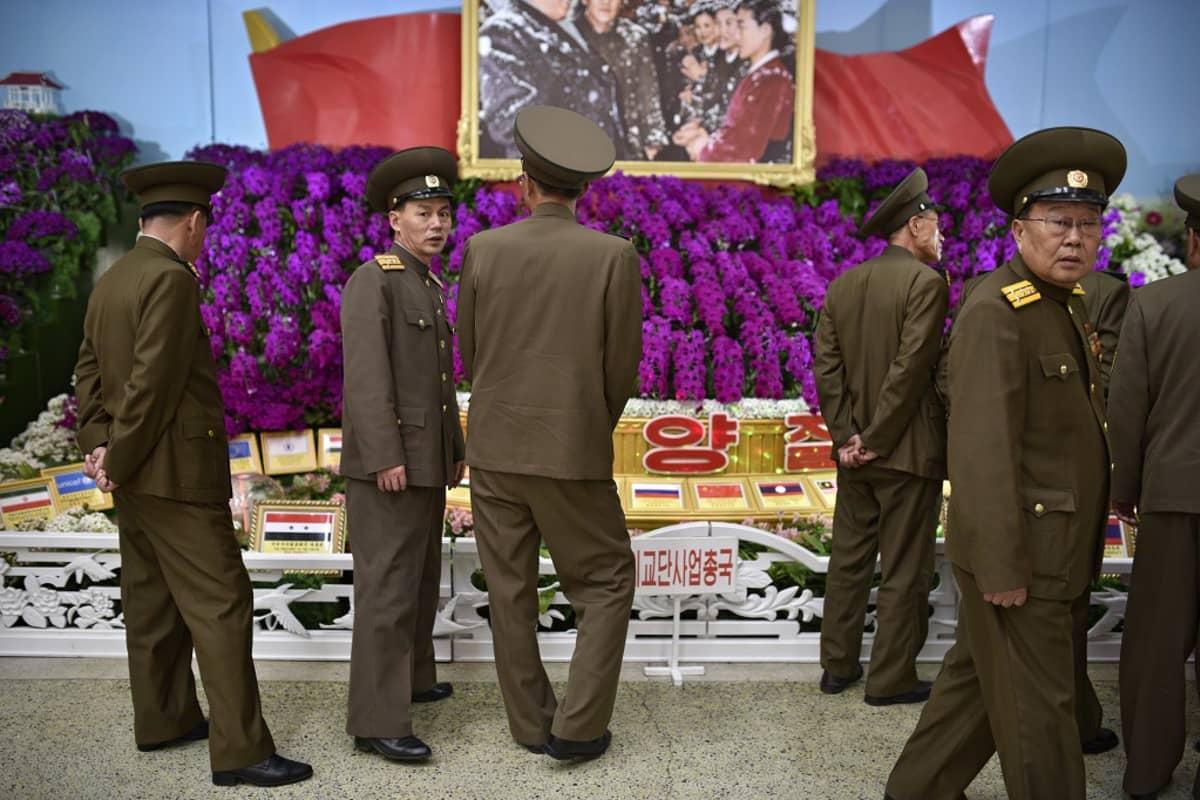 Pohjois-Korean armeijan henkilökuntaa osallistui maan entisen johtajan mukaan nimetyille Kimilsungia-kukkafestivaaleille pääkaupungissa Pyongyangissa 13. huhtikuuta. Kuvassa sotilaita suuren violetin kukka-asetelman äärellä.