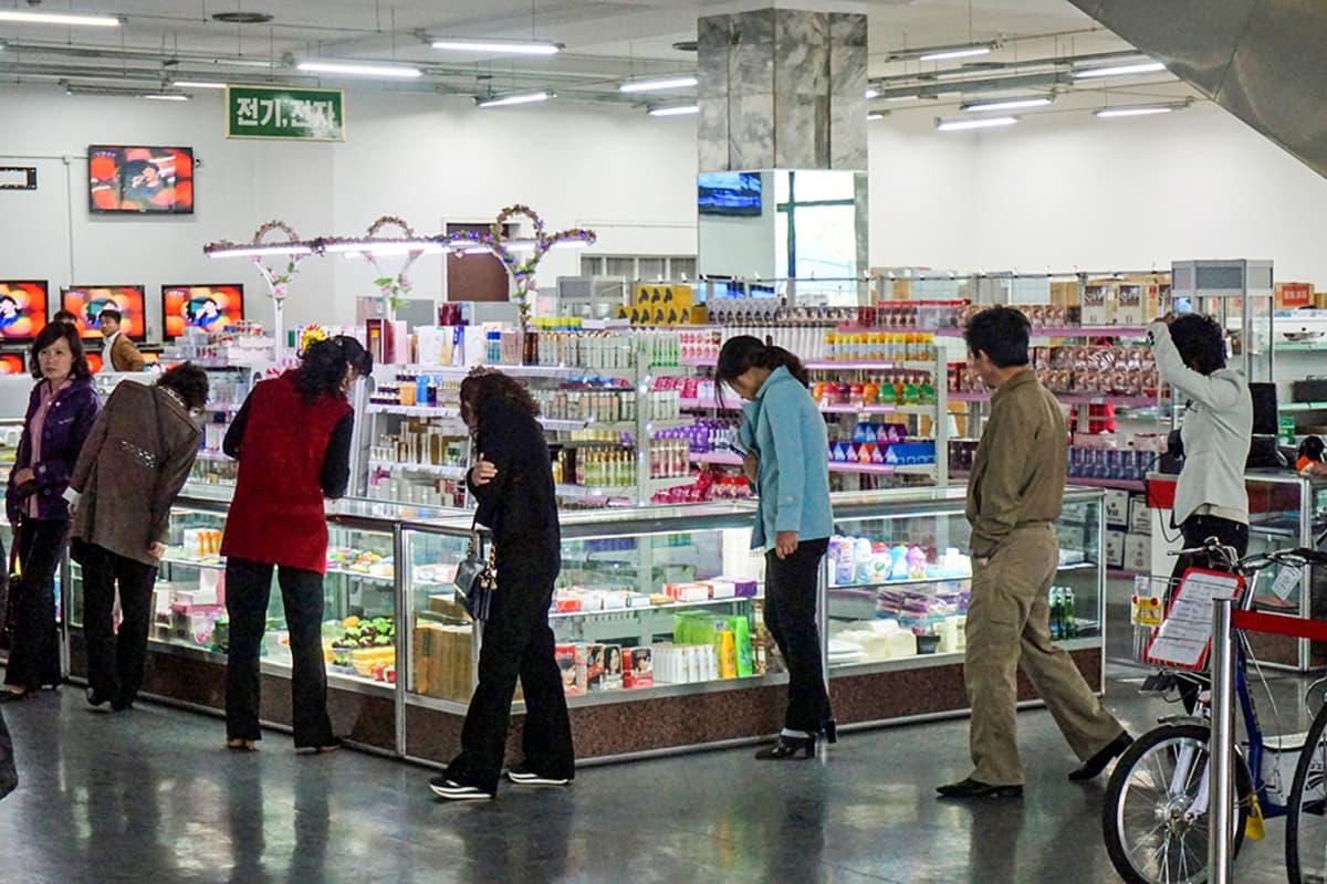 ihmisiä tavaratalon kemikaaliosastolla