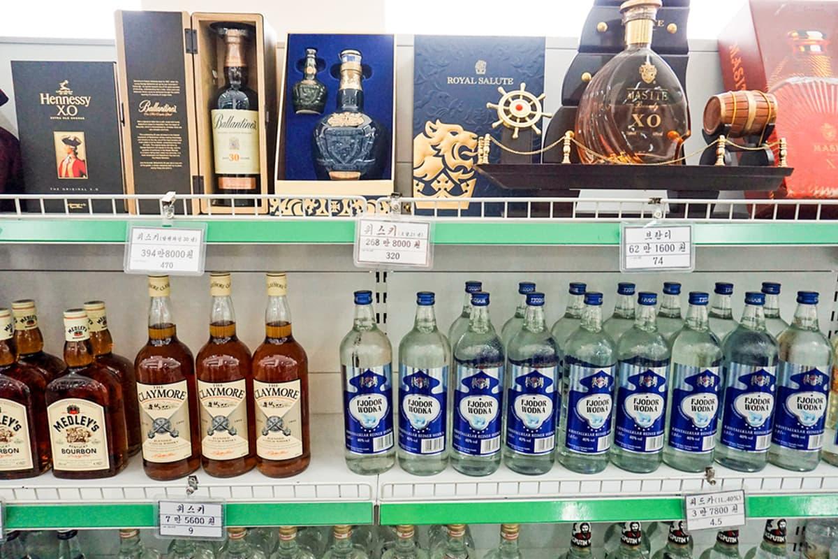 alkoholipulloja hyllyssä