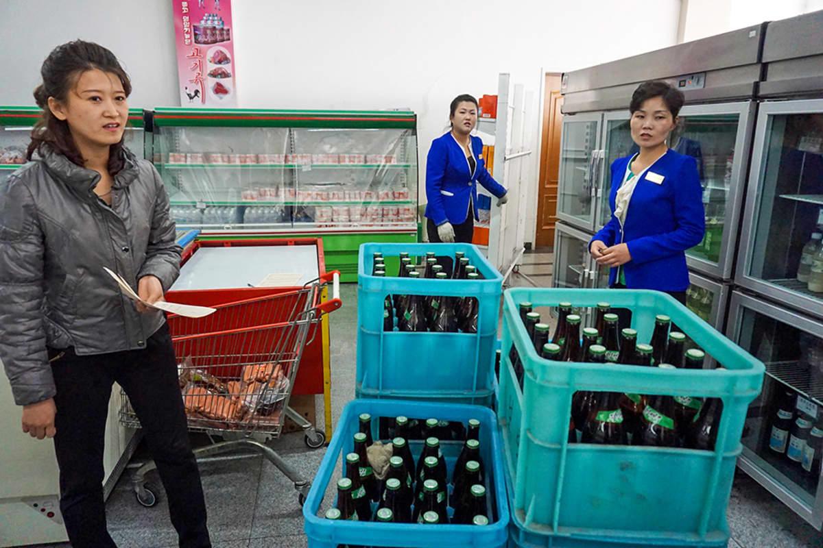 myyjiä ja olutlaatikoita