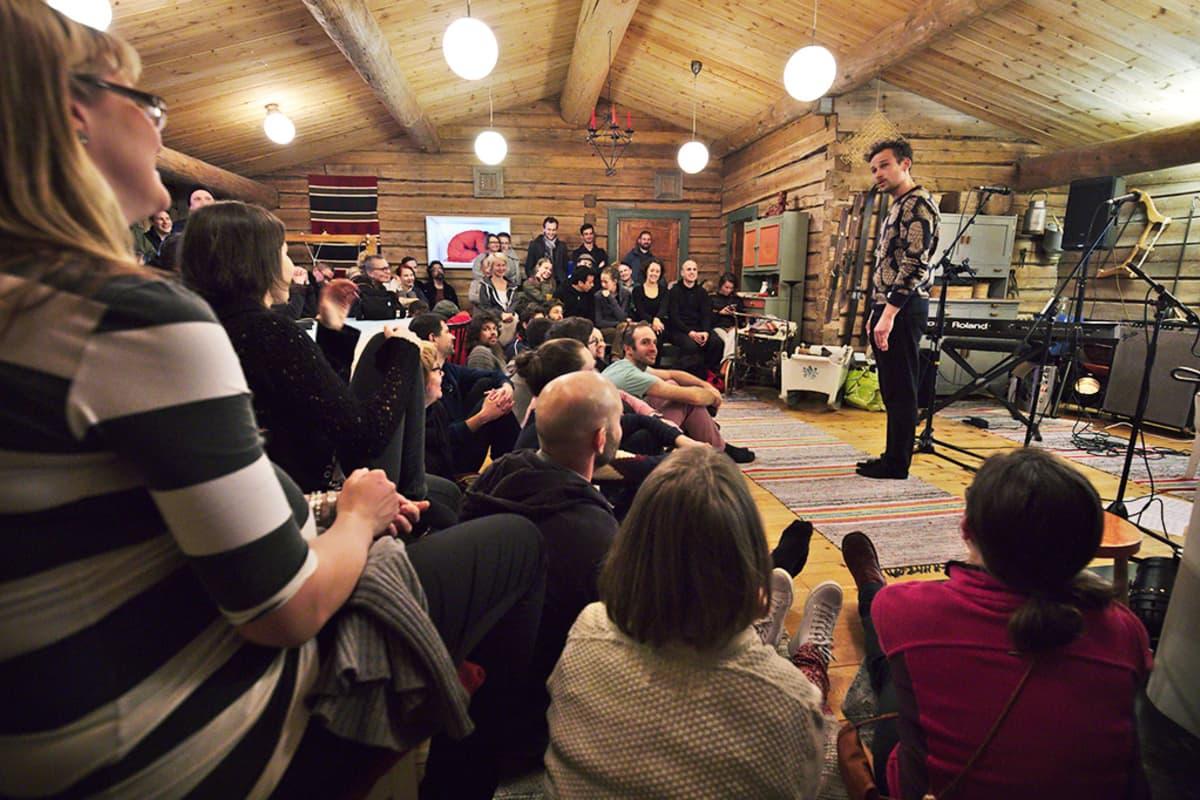 Yleisöryntäys Ojanperän pirtti-iltamiin.