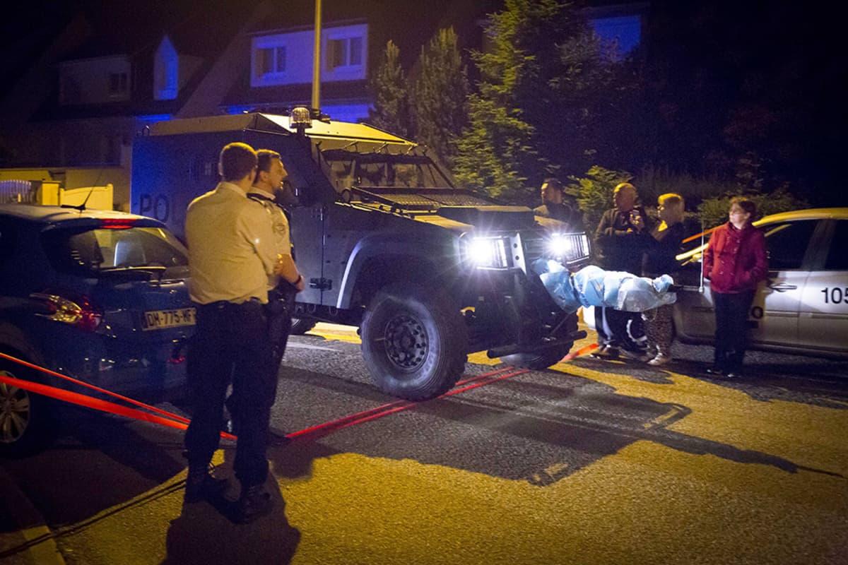Poliiseja tapahtumapaikalla Magnanvillessä, Ranskassa 13. kesäkuuta.