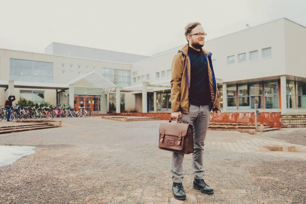 Ville Salminen Oulun yliopiston edessä