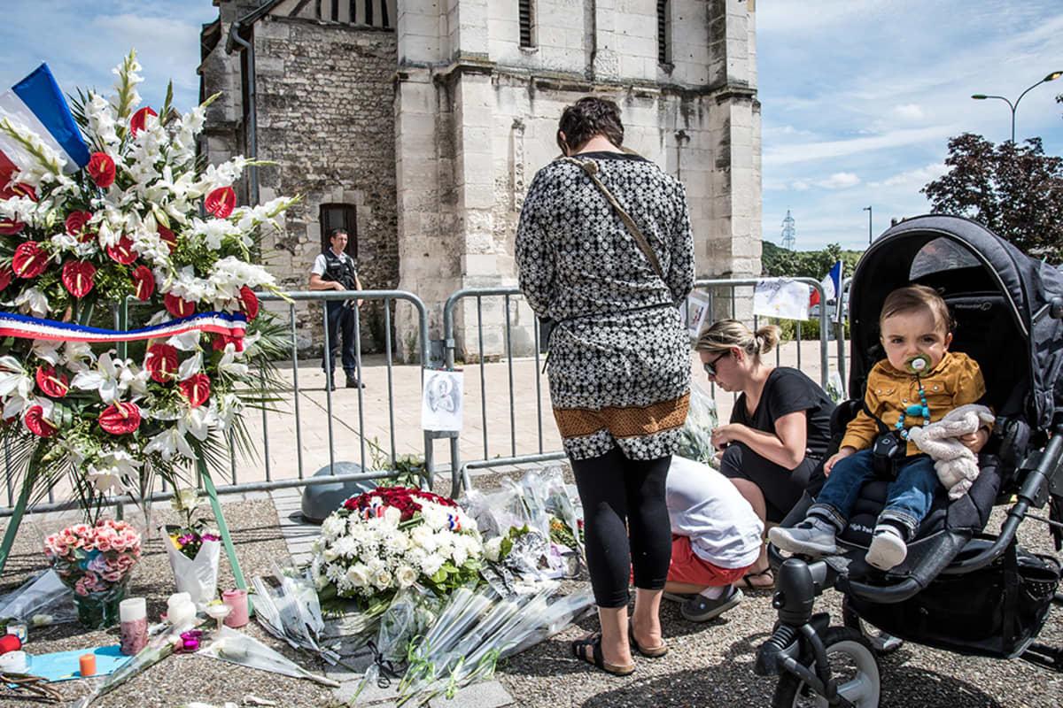 Ihmiset rukoilevat kirkon edessä.