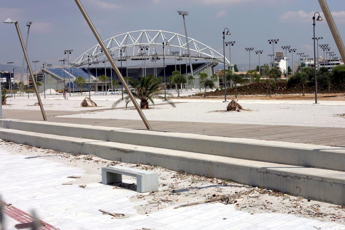 Ateenan olympialaisten autio rantalentopallon kisapaikka. Kuva elokuulta 2005, vuosi Ateenan olympialaisten jälkeen.