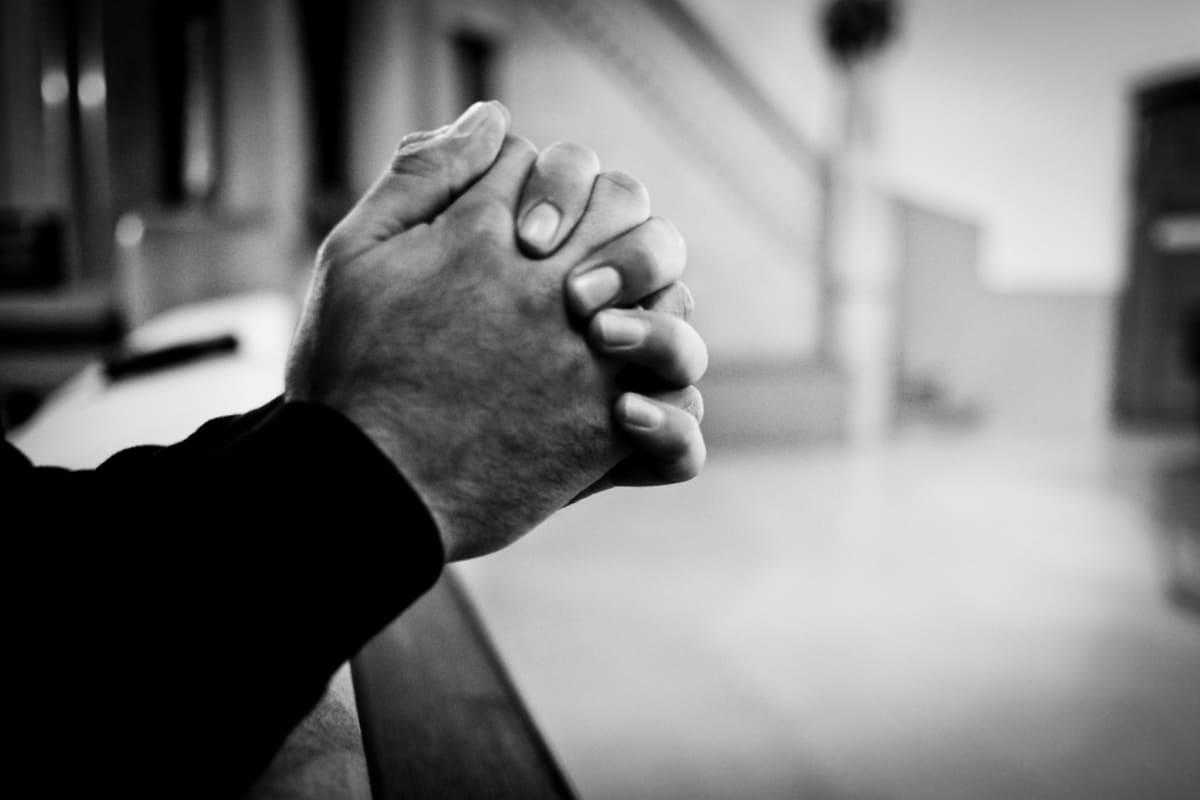 """Islamista luopunut """"Abed ristii kätensä rukoukseen Turun Mikaelin kirkossa."""