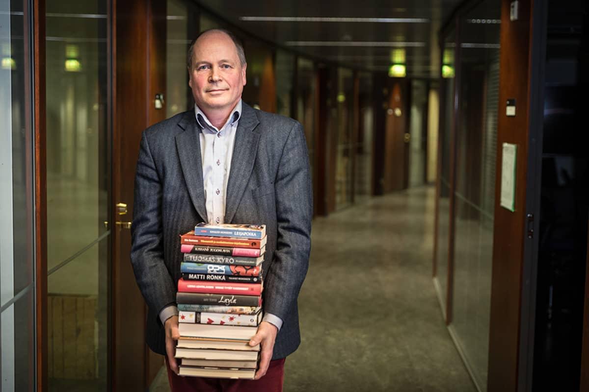 mies pino kirjoja sylissään