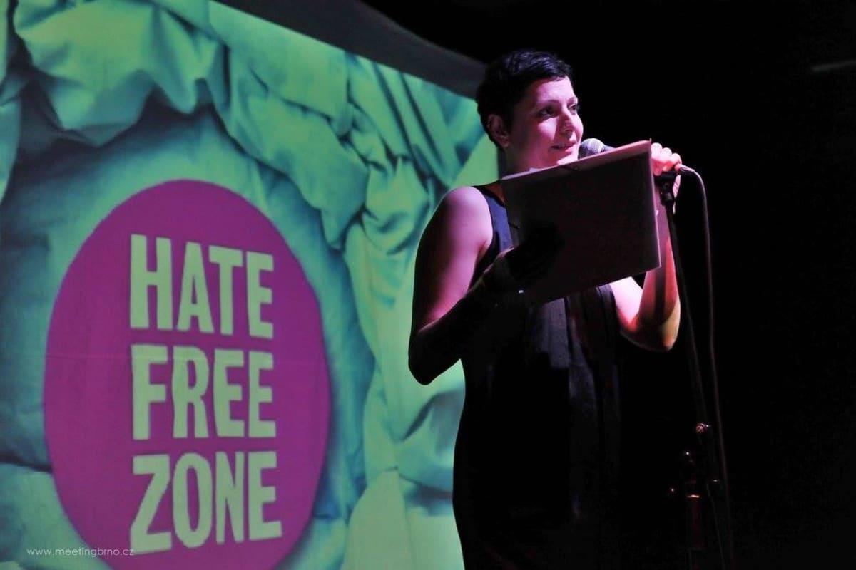 Hatefree zone -hankkeen tilaisuus, nainen lavalla