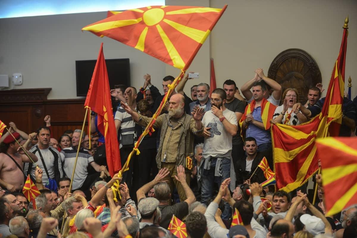 Porukkaa heiluttamassa Makedonian lippuja.